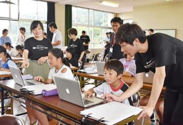 プログラミングの学習用ソフトを使い、ゲーム作りに挑戦する児童=伊万里市の大川内小
