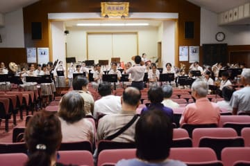 龍谷高吹奏楽部が視覚障害者を招いて開いたコンサート=佐賀市水ケ江の龍谷高