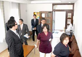 改修された寮を内覧する法人職員ら