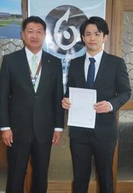 戸田町長から委嘱状を受け取った千田さん(右)