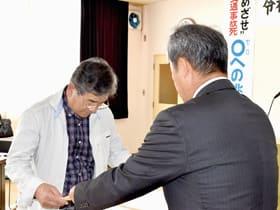 中田会長から表彰状を受け取る優良運転者