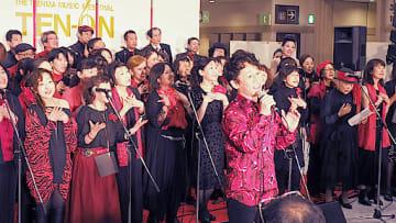 昨年の「天音」でゴスペルを歌う中川さん(中川誠十郎さん提供)
