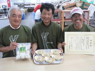 全国ふるさと甲子園で1位を獲得した「葱ッペ餃子」を開発した3人=茂原市