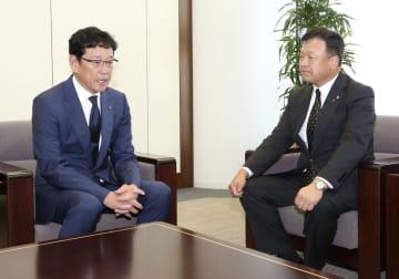 畑佳秀オーナー(右)に今季の報告をする日本ハムの栗山監督=2日、東京都内の日本ハム東京支社