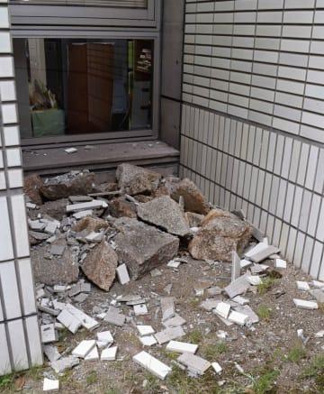地面に落下した舞鶴市役所の外壁タイル(京都府舞鶴市北吸)