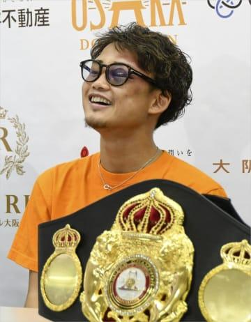 2度目の防衛から一夜明け、記者会見で笑顔を見せるWBAライトフライ級スーパー王者の京口紘人=2日、大阪市