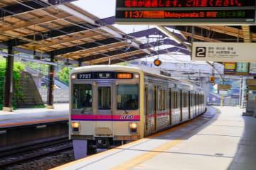 稲城駅を通過する7000系