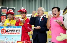 かつめしとあかし玉子焼を食べて大会をPRする井戸敏三知事(右から2人目)ら=兵庫県庁