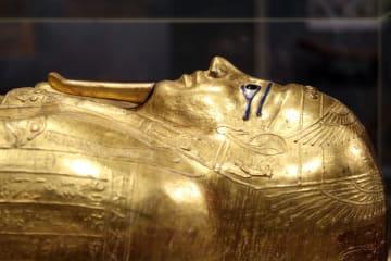 エジプト、米美術館から返還された黄金のひつぎを初展示