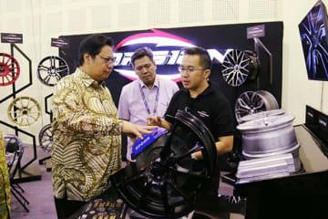 改造車展示会の開催初日には、アイルランガ産業相(左)が会場を視察した=9月28日(産業省提供)