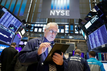 ニューヨーク証券取引所のトレーダー=2日(ロイター=共同)