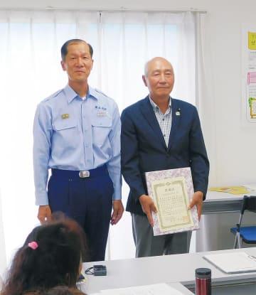 下和泉連合自治会の久野会長(右)と森田泉消防署長