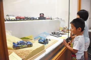 車や戦闘機などの模型約200点が並ぶ=佐賀市天神の佐賀市立図書館