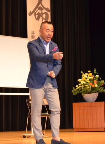 多様な漢字の成り立ちや熟語を基に、命や人生について話したゴルゴ松本さん=佐賀市天神のアバンセホール