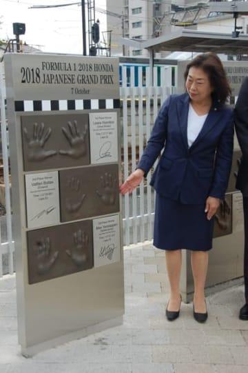 【新たに設置された3選手の手形記念碑「モノリス5号旗」=鈴鹿市の近鉄白子駅西口で】