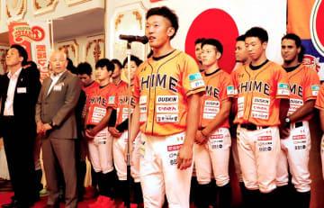 シーズン中の支援に謝辞を述べる愛媛MPの太田直哉主将(中央)=2日夜、松山市のホテル