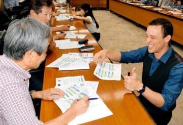 米国人講師(手前右)から英会話を学ぶ参加者=2日午後、松山市大手町2丁目