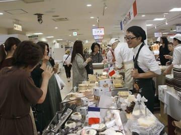 フランス展でチーズを品定めする買い物客=2日、熊本市中央区