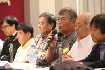 有明海の漁場環境回復を訴える漁業者の中田さん(右から3人目)=佐賀市、ホテルニューオータニ佐賀