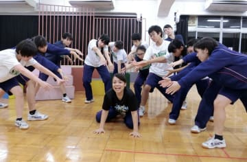 「ゴリラゴリラゴリラ」の演技を練習する部員たち=松戸市中和倉、県立松戸高校