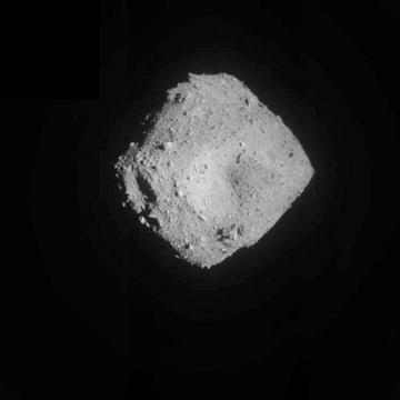 7月、はやぶさ2が上空1キロから撮影した小惑星りゅうぐう(JAXA提供)