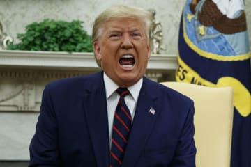 ホワイトハウスで発言するトランプ米大統領=2日(AP=共同)