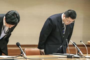愛媛県警本部で開かれた記者会見で謝罪する篠原英樹本部長(右)=3日午後