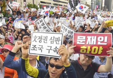 3日、ソウル中心部で開かれた韓国のチョ・グク法相の辞任などを求める集会で抗議の声を上げる参加者ら(共同)