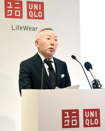 3日、ニューデリーで記者会見するファーストリテイリングの柳井正会長兼社長(共同)