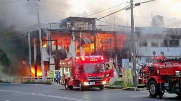 金物店が炎と煙に包まれた火災現場=2日午前6時20分ごろ、西原町兼久(新里正次さん提供)