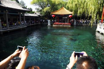 観光客で大にぎわいの趵突泉 山東省済南市