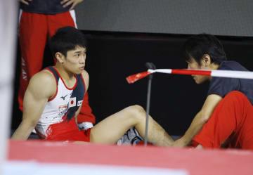 世界選手権の本番会場練習で左足首を痛めた谷川航(左)=シュツットガルト(共同)