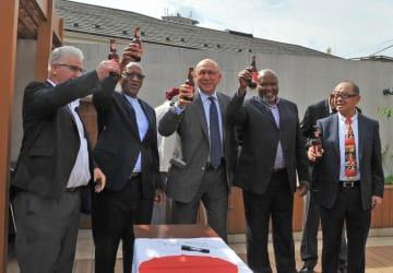 完成したビールでチェスターさんに乾杯するンゴニャマ南アフリカ大使(左から2人目)ら=東京都港区の大使公邸