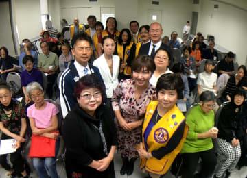 前列左から北條さん、河本社長、日系ライオンズ伊藤会長、後列左から梅野さん、飯山さん(背広姿)の各講師と日系ライオンズの会員の皆さん(9月28日JAAで)