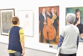 油彩や水彩などの力作が並ぶサークル杜の絵画展