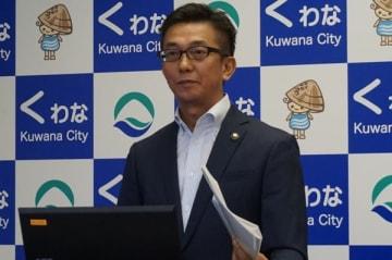 【記者会見する伊藤市長=桑名市役所で】