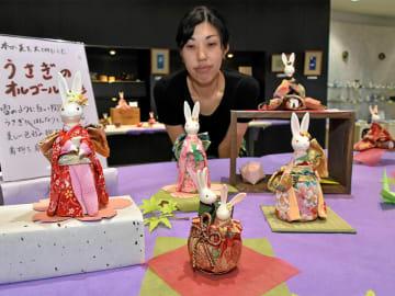 あでやかな着物をまとったオルゴール仕掛けのウサギの陶製人形=多治見市本町、市PRセンター