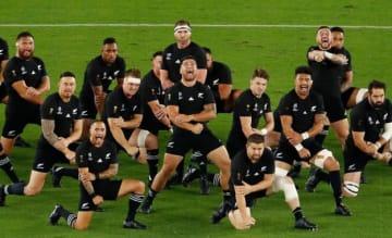 AFP=時事 ラグビーW杯でハカを披露するニュージーランド代表。腕にはタトゥーが入っている