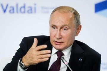 3日、ロシア南部ソチで行われた「ワルダイ会議」の全体会合で発言するプーチン大統領(タス=共同)