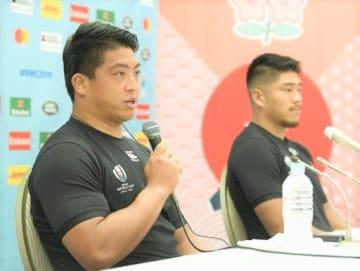 サモア戦に向け記者会見するラグビー日本代表の坂手。右は松田=3日、愛知県豊田市