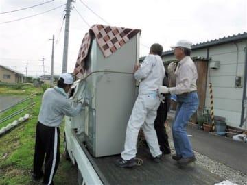 仮設住宅入居者の引っ越しを手伝うボランティアら=益城町(同町社協提供)