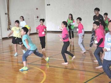 ドッジボールを楽しむ両校の児童たち