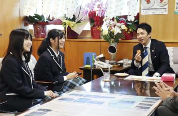 「福島県立ふたば未来学園」の(左から)青木茄奈有さん、星亜沙美さんと言葉を交わす小泉環境相=4日午後、環境省