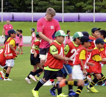 ラグビー教室で小学生と交流するウェールズ代表=4日午後、大津市
