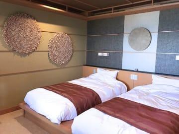 コンセプトルームのベッドサイドには、ほんのり漂う木の香りが心地よい壁飾り