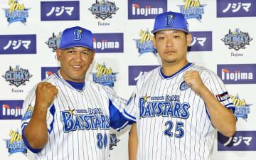 CSファーストステージを前にガッツポーズを見せるラミレス監督と筒香(右)=横浜市内のホテル