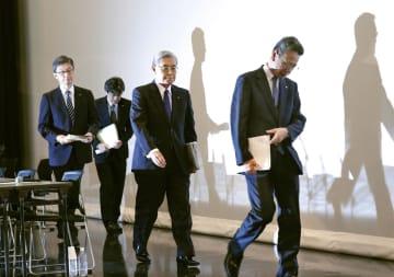 記者会見を終え、引き揚げる関西電力の岩根茂樹社長(右端)と八木誠会長(右から2人目)ら=2日、大阪市