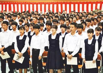 校歌を斉唱する生徒や来場者