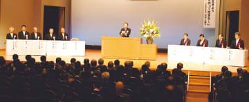 100周年記念式典で式辞を述べる佐野校長