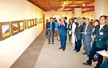 絵画や写真など多彩な作品が並ぶ企画展